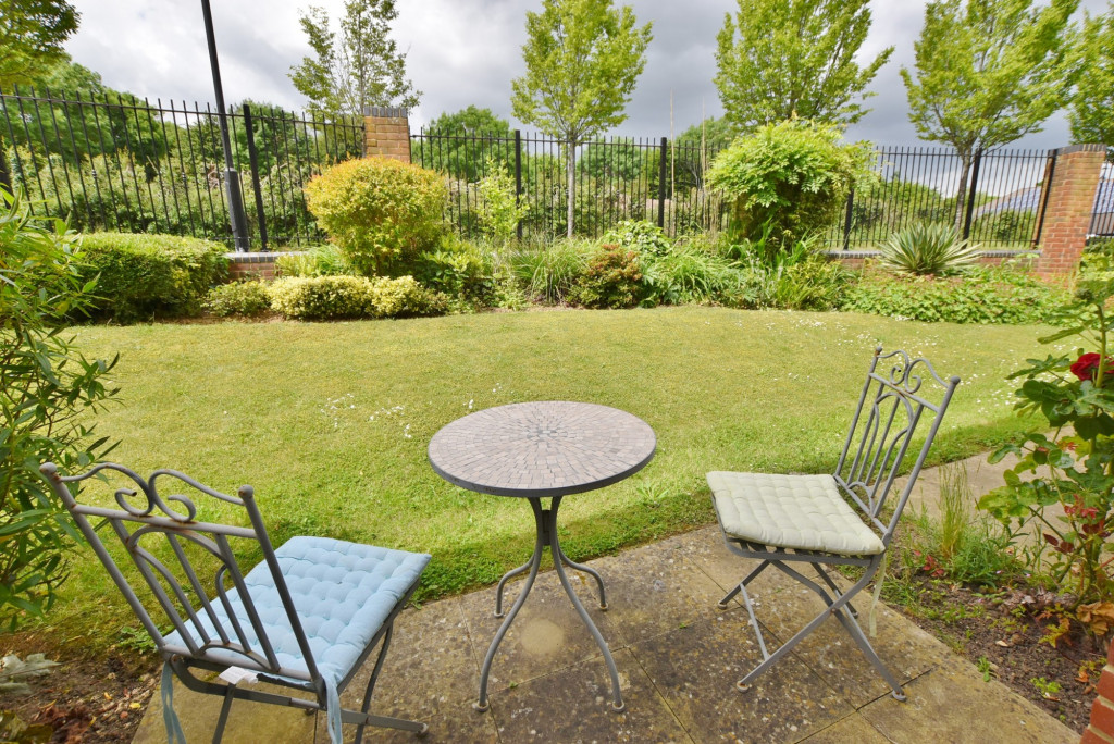 1 bed retirement property to rent in Windsor Court, Hoxton Close, Ashford 2