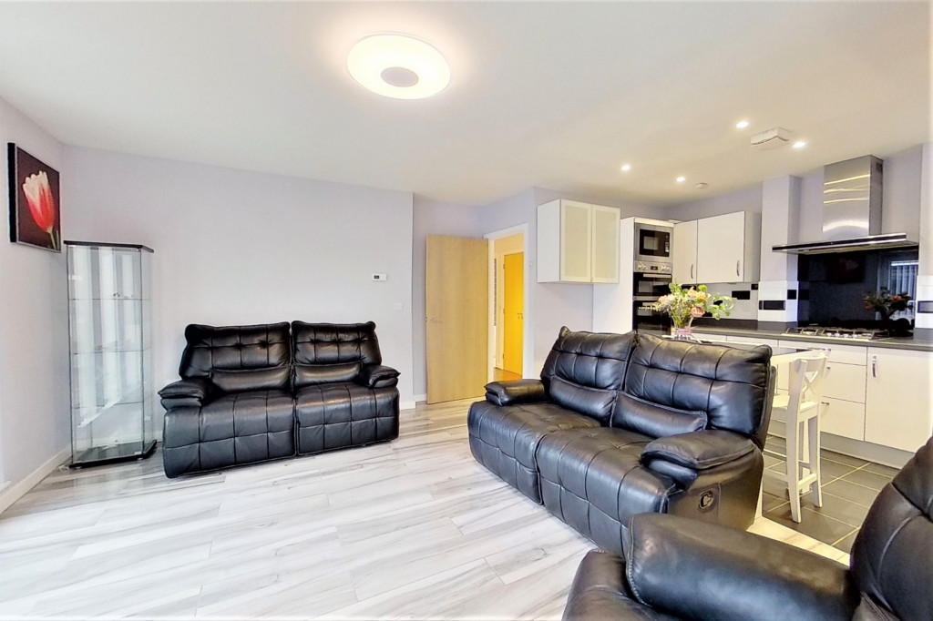2 bed detached house for sale in Hythe Crescent, Ashford  - Property Image 3
