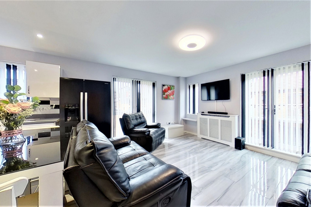 2 bed detached house for sale in Hythe Crescent, Ashford  - Property Image 5
