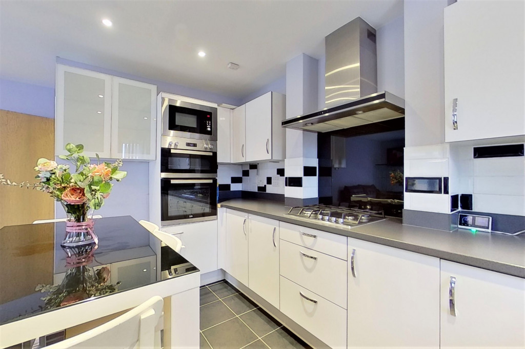 2 bed detached house for sale in Hythe Crescent, Ashford  - Property Image 6