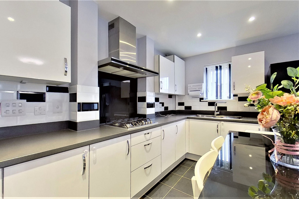 2 bed detached house for sale in Hythe Crescent, Ashford  - Property Image 7