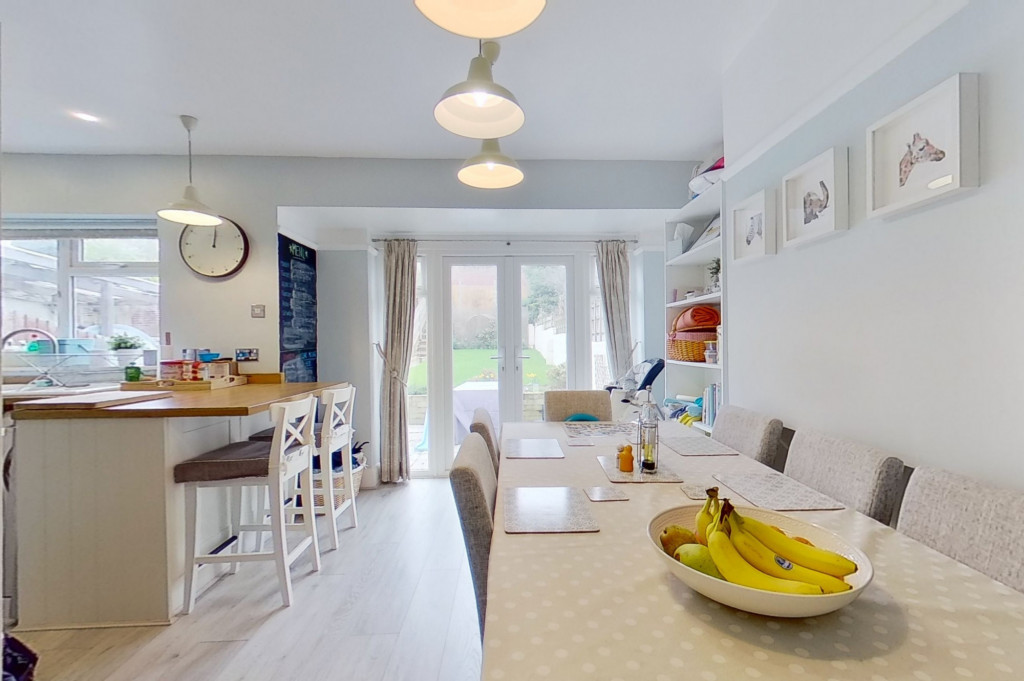 3 bed terraced house to rent in Boundary Road, Chatham 2
