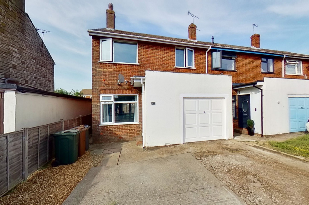 3 bed end of terrace house for sale in Mead Road, Willesborough, Ashford - Property Image 1