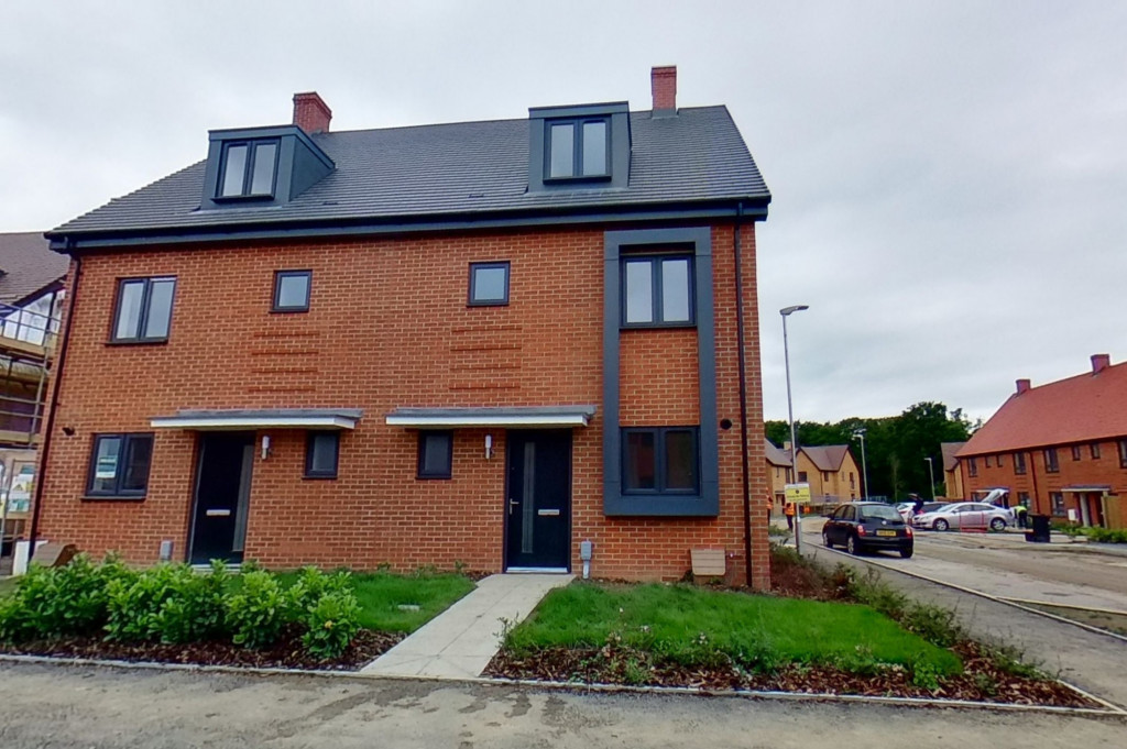4 bed semi-detached house to rent in Heritage Road, Ashford 0