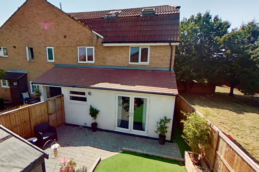 3 bed end of terrace house for sale in Falcon Way, Ashford - Property Image 1