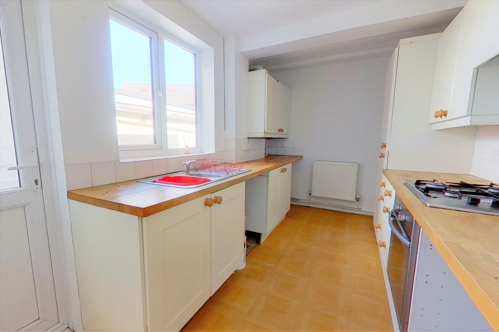 2 bed terraced house to rent in Chaucer Road, Gillingham 1