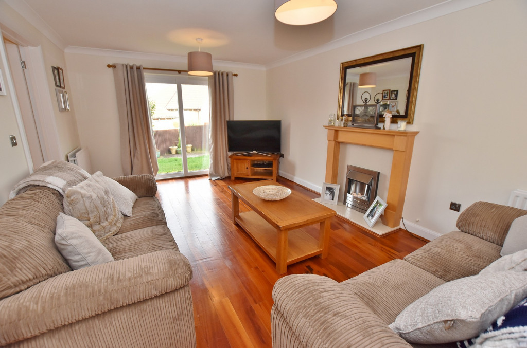 3 bed end of terrace house to rent in Running Foxes Lane, Singleton, Ashford 1