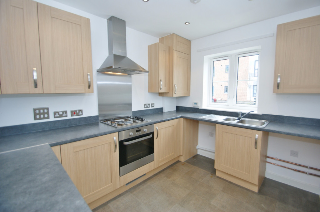 3 bed town house to rent in Samuel Peto Way, Ashford 1