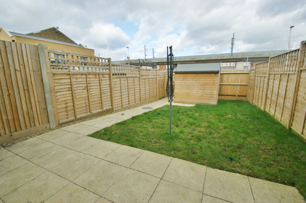 3 bed town house to rent in Samuel Peto Way, Ashford  - Property Image 9