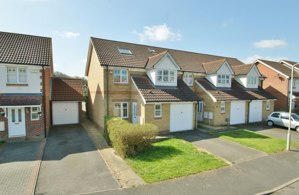 4 bed end of terrace house for sale in Chaffinch Drive, Kingsnorth, Ashford  - Property Image 1