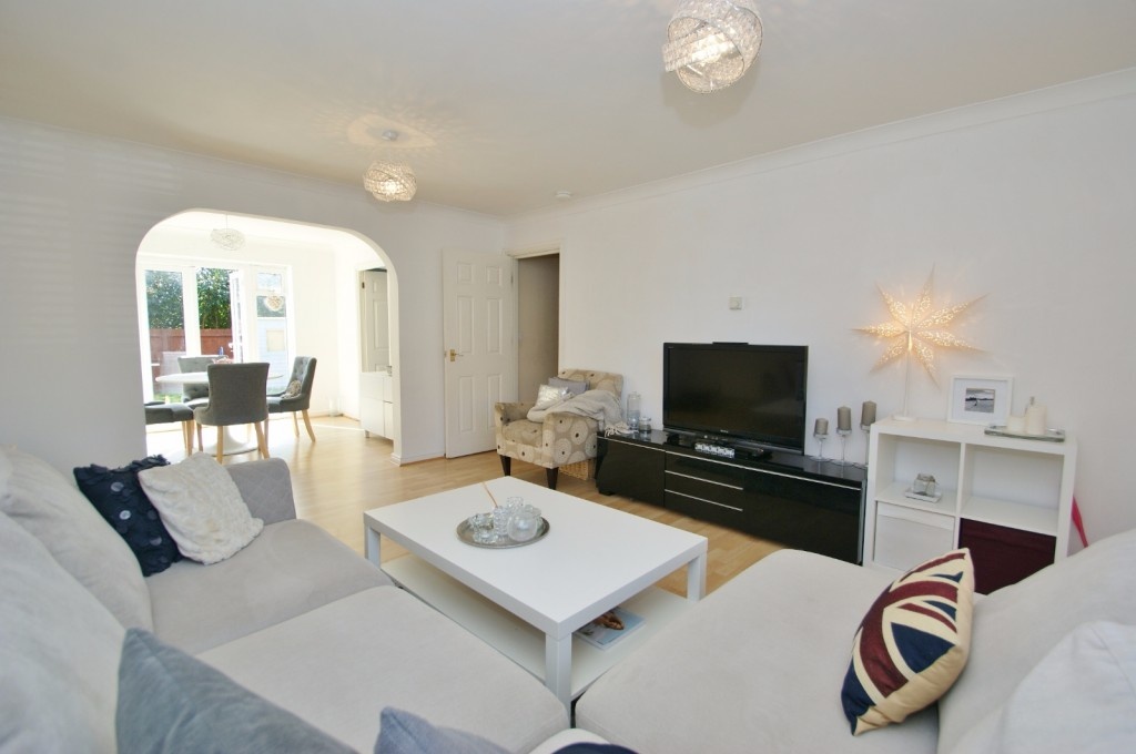 4 bed end of terrace house for sale in Chaffinch Drive, Kingsnorth, Ashford 2