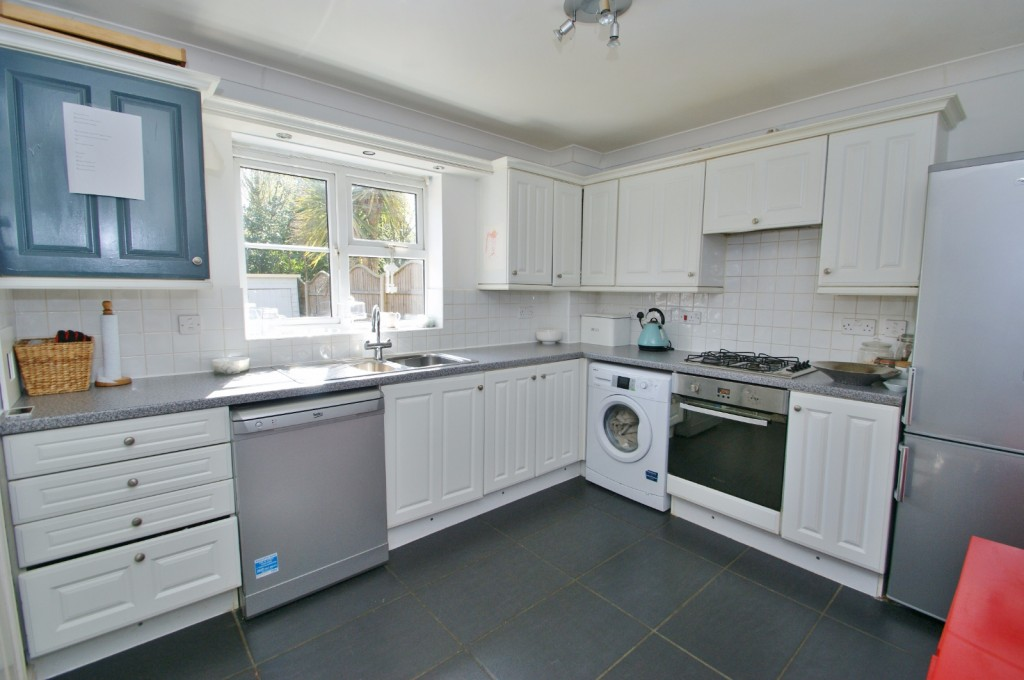 4 bed end of terrace house for sale in Chaffinch Drive, Kingsnorth, Ashford 4