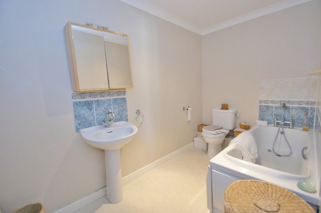 4 bed end of terrace house for sale in Chaffinch Drive, Kingsnorth, Ashford 10