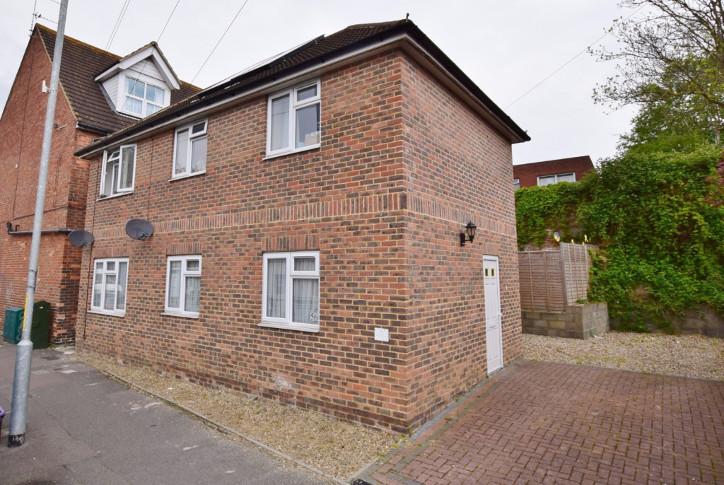 2 bed flat to rent in Bradstone Avenue, Folkestone  - Property Image 1