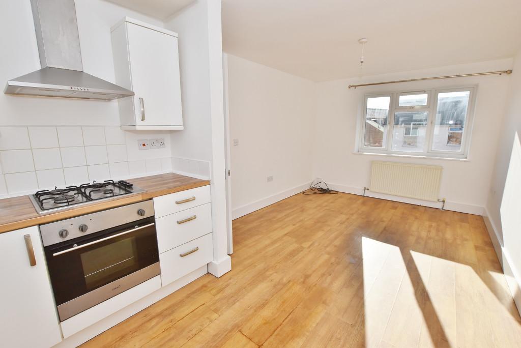 2 bed flat to rent in Bradstone Avenue, Folkestone 1