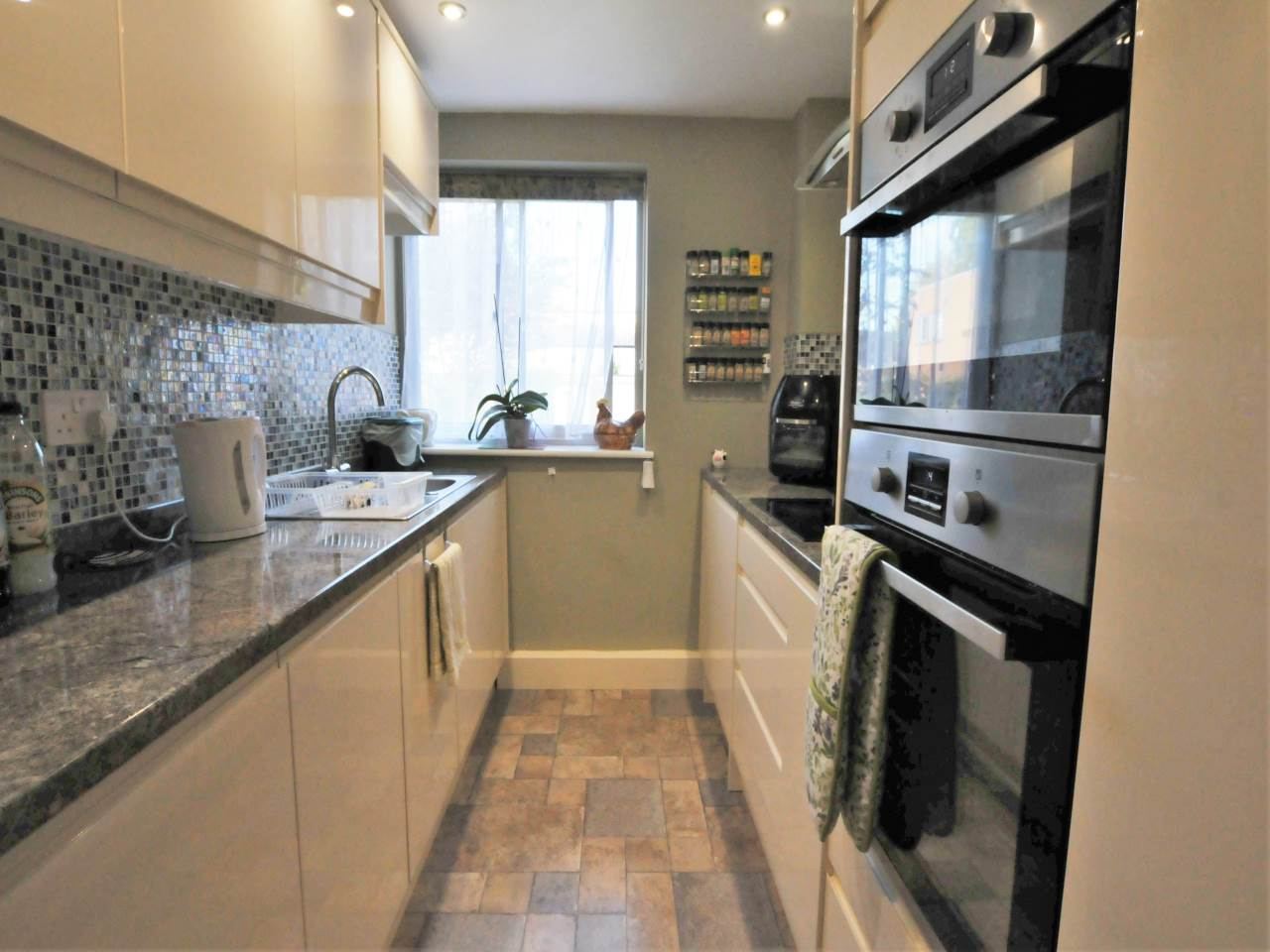 2 bed flat for sale in The Beeches, Newmarket Road 1